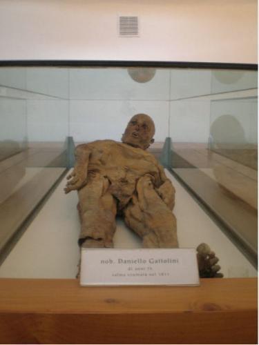 Cripta cimiteriale di San Michele - esposizione mummie